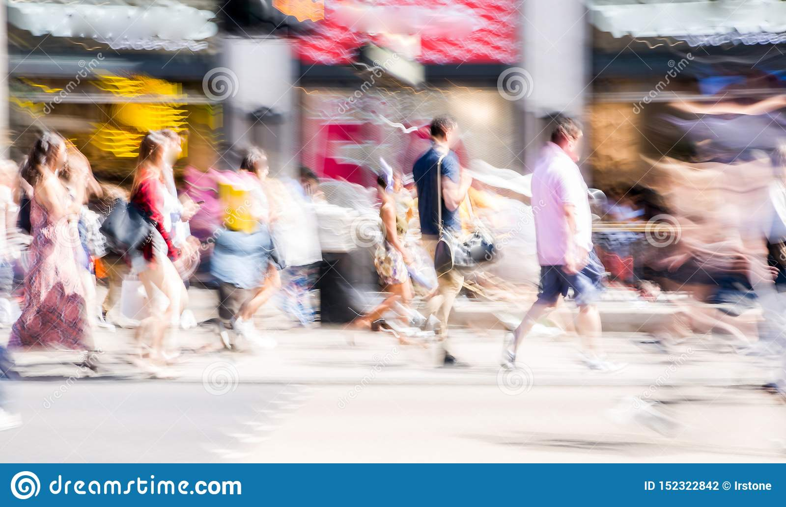 Όμορφη θαμπάδα κινήσεων των ανθρώπων, που περπατά στην οδό αντιβασιλέων στη θερινή ημέρα Πολυάσχολη ζωή του κεφαλαίου UK, Λονδίνο