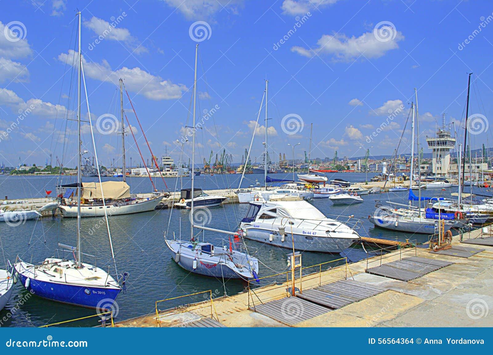 Download Όμορφη θερινή άποψη μαρινών Εκδοτική Στοκ Εικόνα - εικόνα από bulblet, λιμένας: 56564364