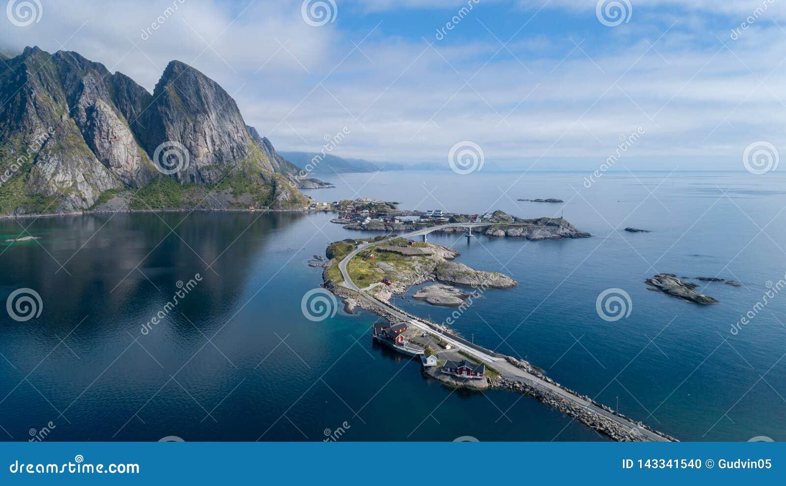 Όμορφη θερινή εναέρια άποψη Reine, Νορβηγία, νησιά Lofoten, με τον ορίζοντα, βουνά, διάσημο ψαροχώρι με την κόκκινη αλιεία γ