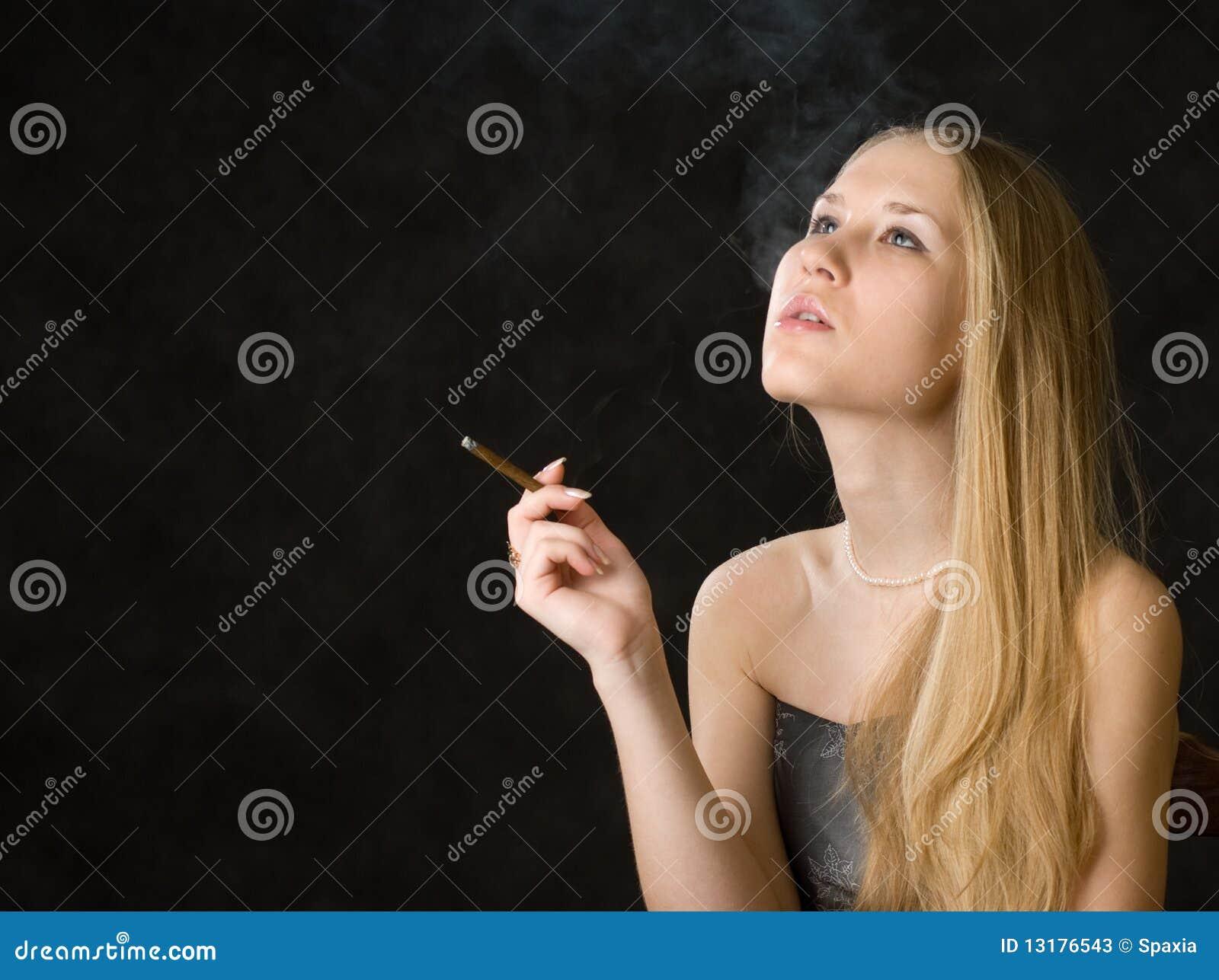 όμορφη καπνίζοντας γυναίκ&a
