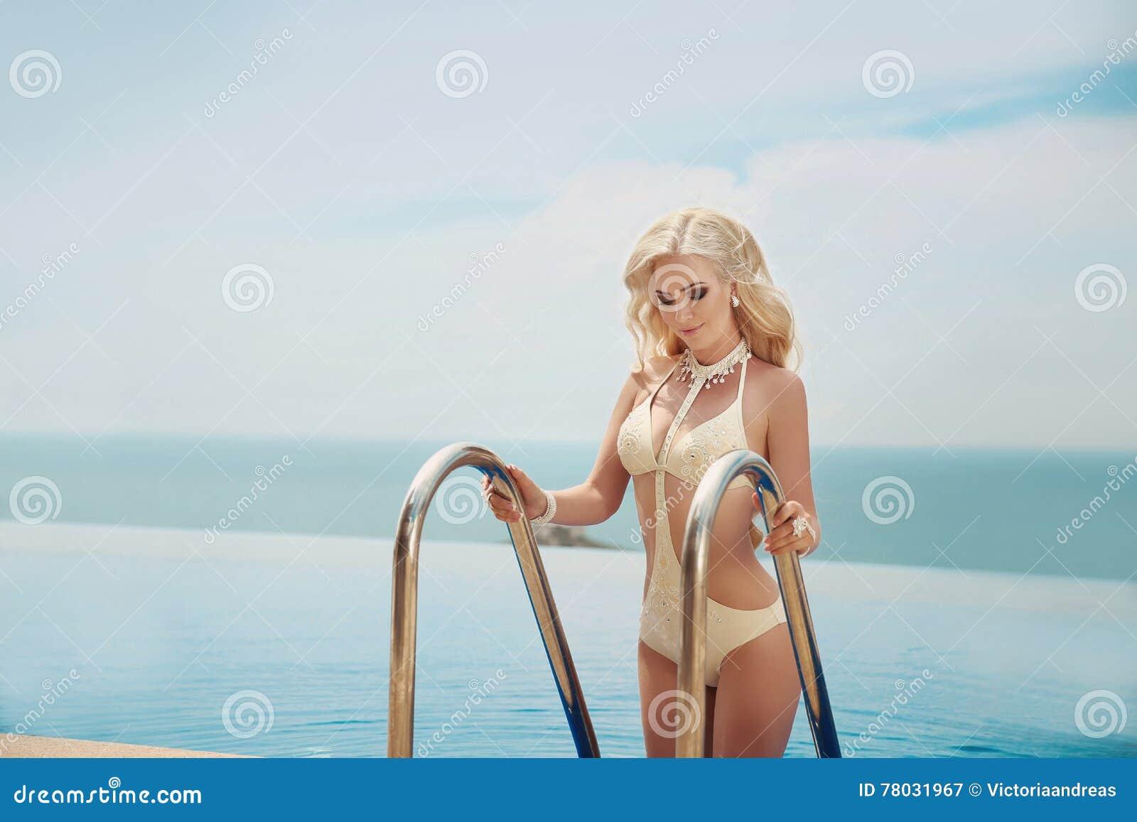 Όμορφη κομψή ξανθή γυναίκα, πρότυπο μπικινιών με το μακροχρόνιο ξανθό wav