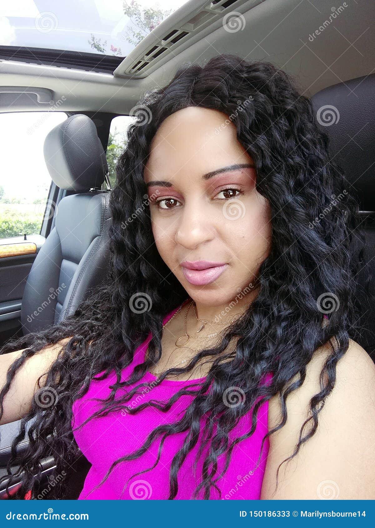 Όμορφη κυματιστή γυναίκα τρίχας στη φωτογραφία γοητείας αυτοκινήτων