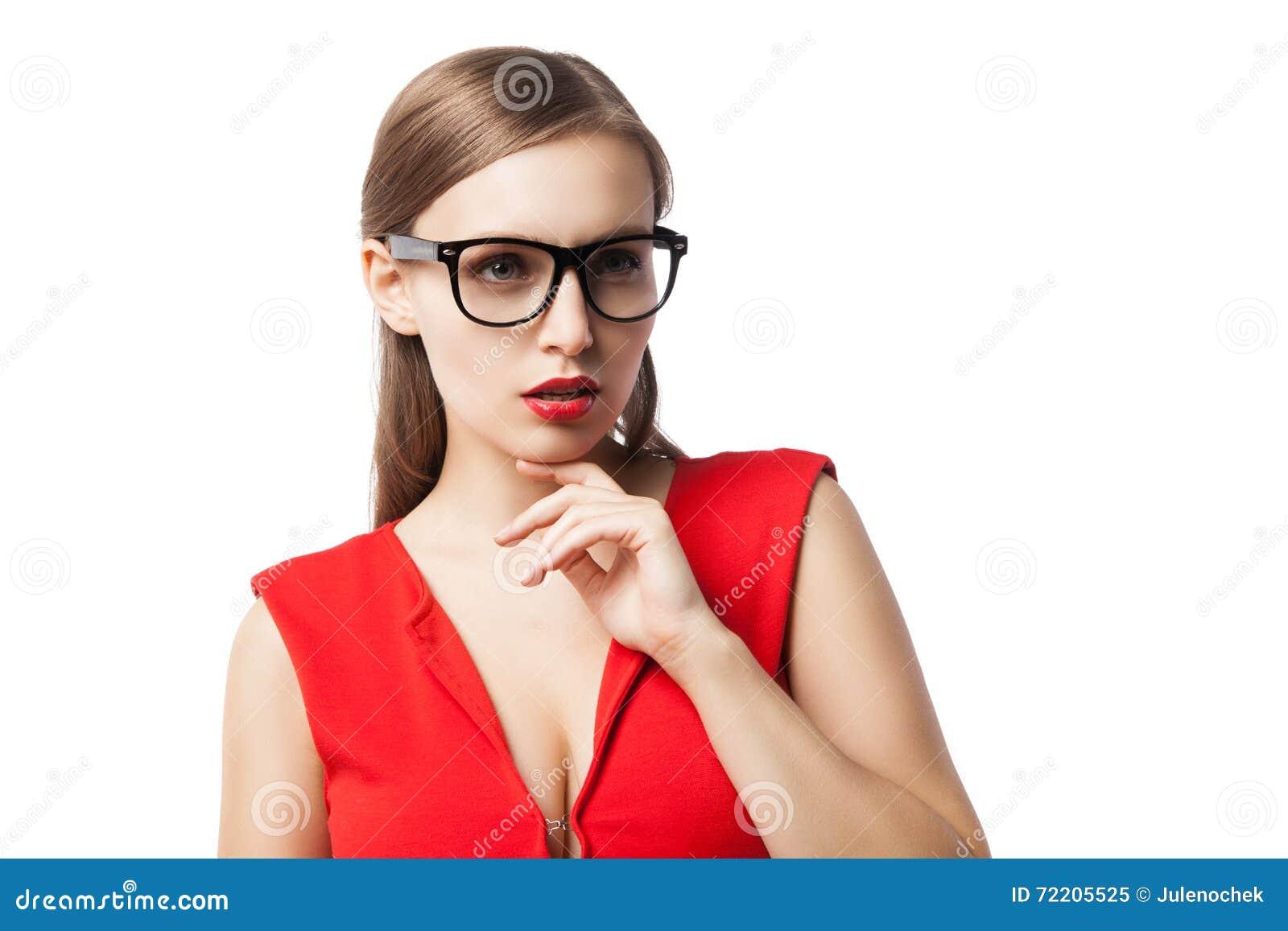 Όμορφη κυρία στα γυαλιά που σκέφτεται ανατρέχοντας
