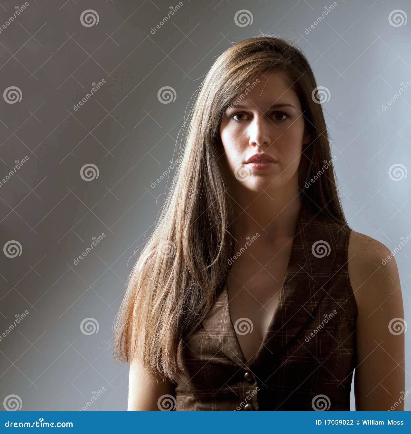 όμορφη μακριά γυναίκα τριχώμ