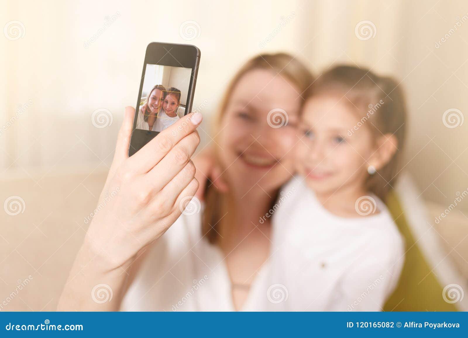Όμορφη μητέρα και νέα κόρη που κάνουν ένα selfie οικογενειακή ευτυχής &