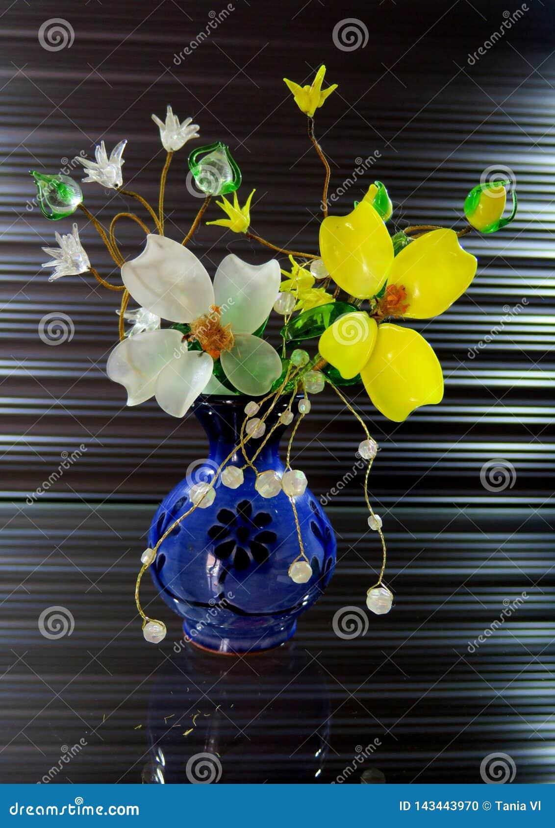 Όμορφη μικρή ανθοδέσμη των άσπρων και κίτρινων λουλουδιών