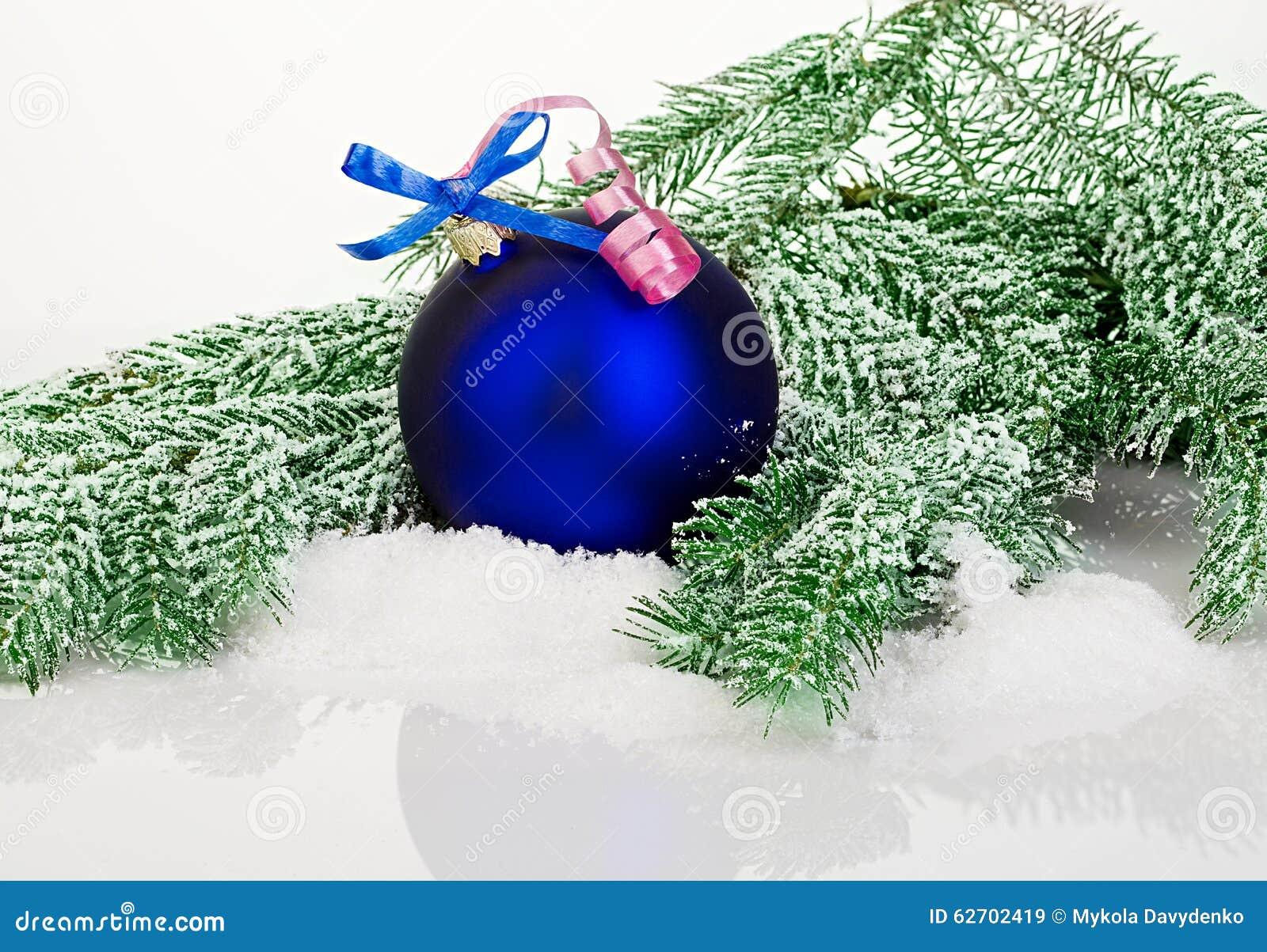 Όμορφη μπλε σφαίρα Χριστουγέννων στο παγωμένο δέντρο έλατου
