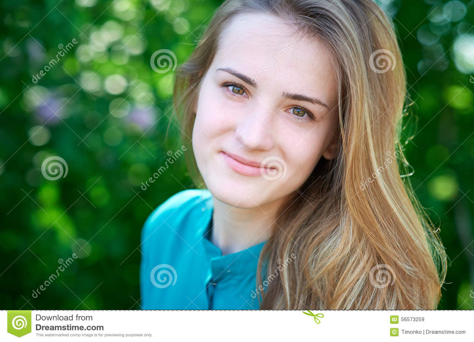 Download Όμορφη νέα γυναίκα άνοιξη σε ένα πάρκο Στοκ Εικόνα - εικόνα από τρίχωμα, χαριτωμένος: 56573259