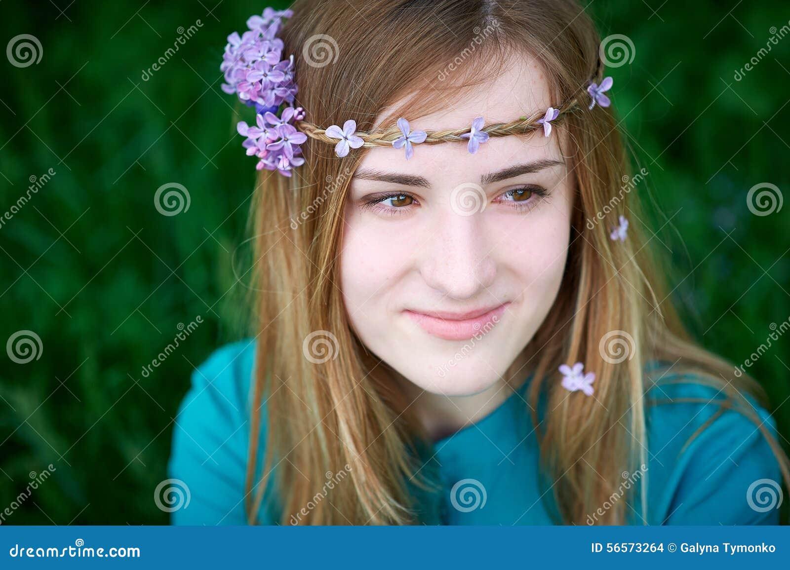 Download Όμορφη νέα γυναίκα άνοιξη σε ένα πάρκο Στοκ Εικόνες - εικόνα από λουλούδια, lifestyle: 56573264