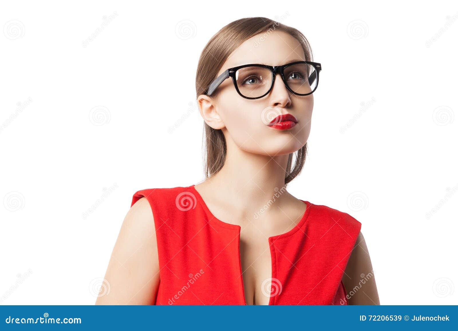 Όμορφη νέα γυναίκα με τα κόκκινα χείλια