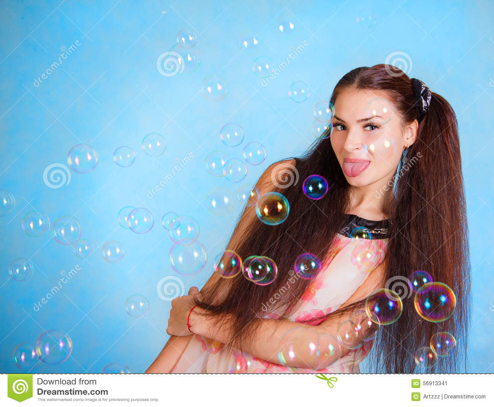 Όμορφη νέα γυναίκα με τις φυσαλίδες σαπουνιών