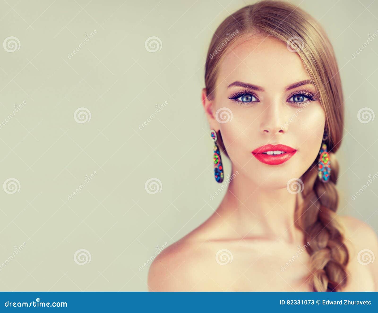 Όμορφη νέα γυναίκα με το braidpigtail