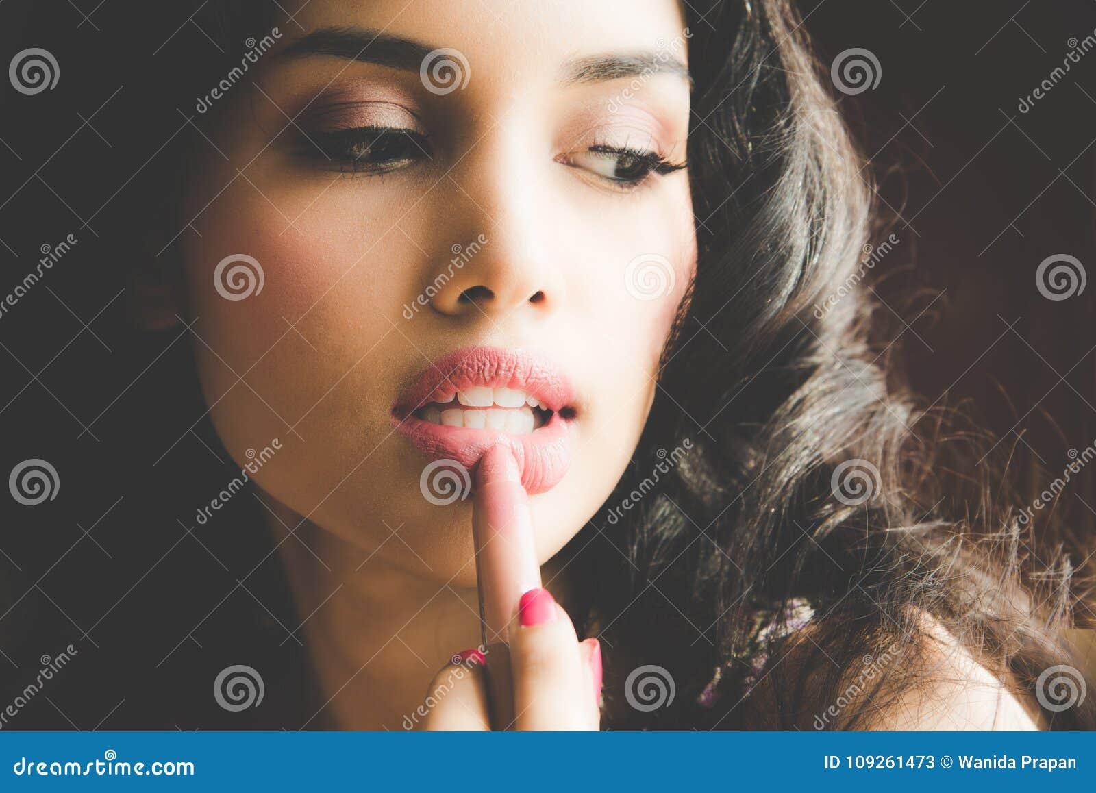 330a0f14a46 Όμορφη νέα γυναίκα πολυτέλειας που εφαρμόζει τη χειλική γραμμή Στοκ ...
