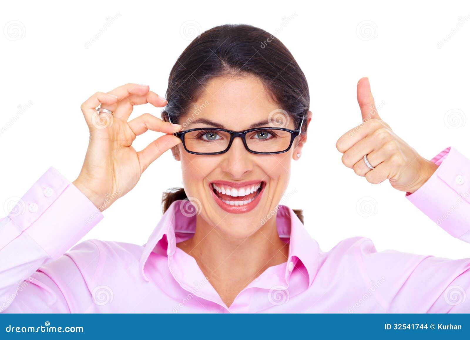 Όμορφη νέα γυναίκα που φορά το πορτρέτο γυαλιών.