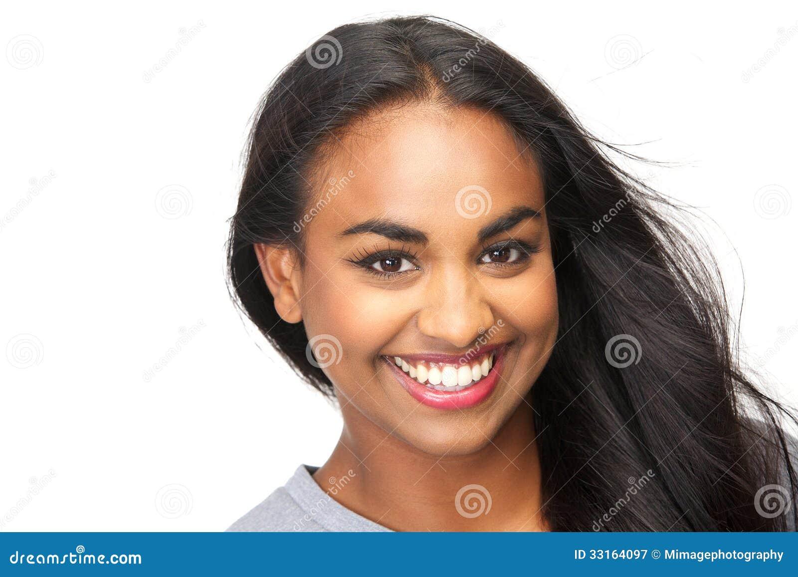 Όμορφη νέα γυναίκα που χαμογελά στο απομονωμένο άσπρο υπόβαθρο