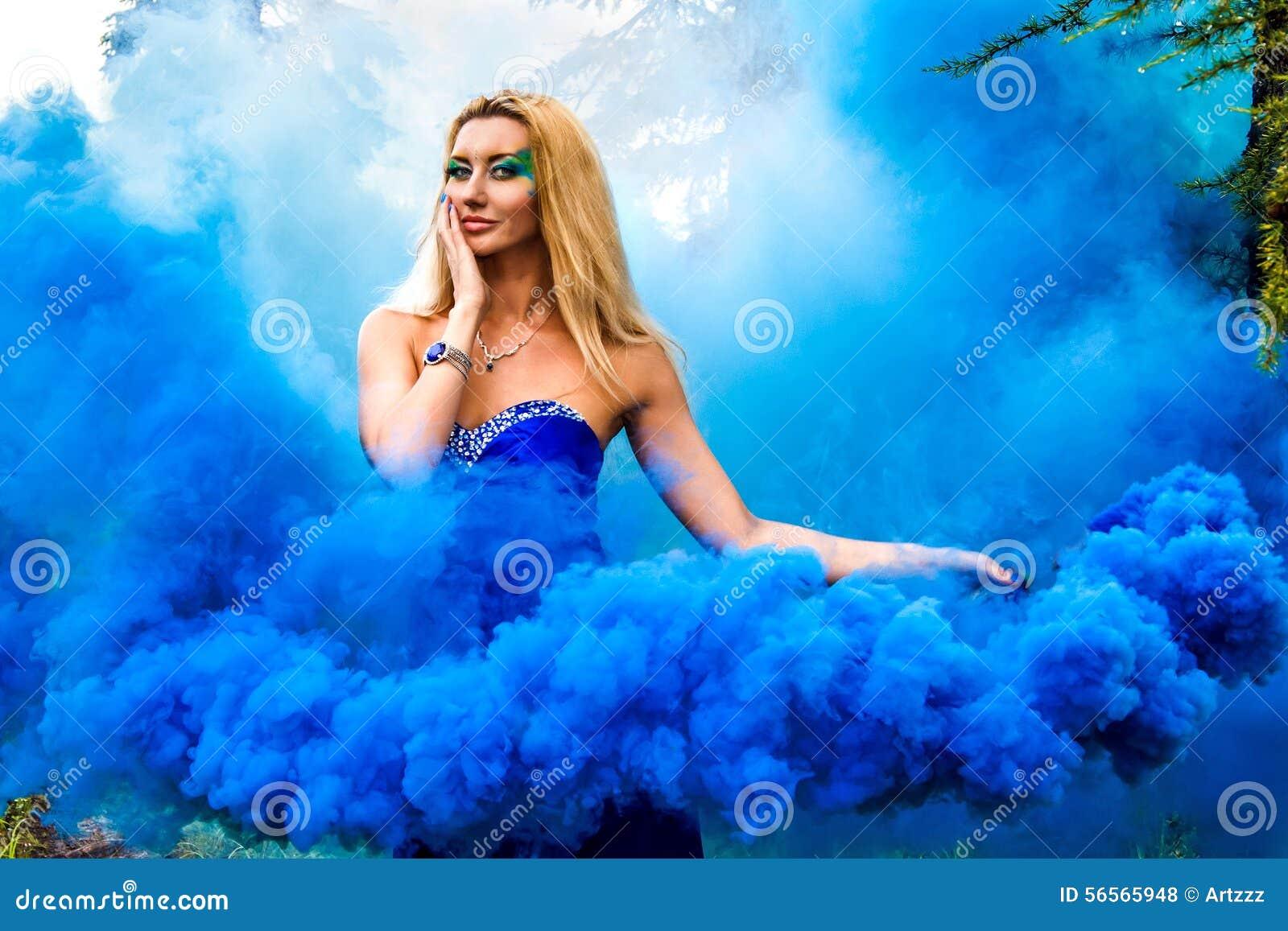 Download Όμορφη νέα γυναίκα σε ένα σύννεφο ενός φωτεινού μπλε καπνού Στοκ Εικόνες - εικόνα από υδρονέφωση, νεράιδα: 56565948