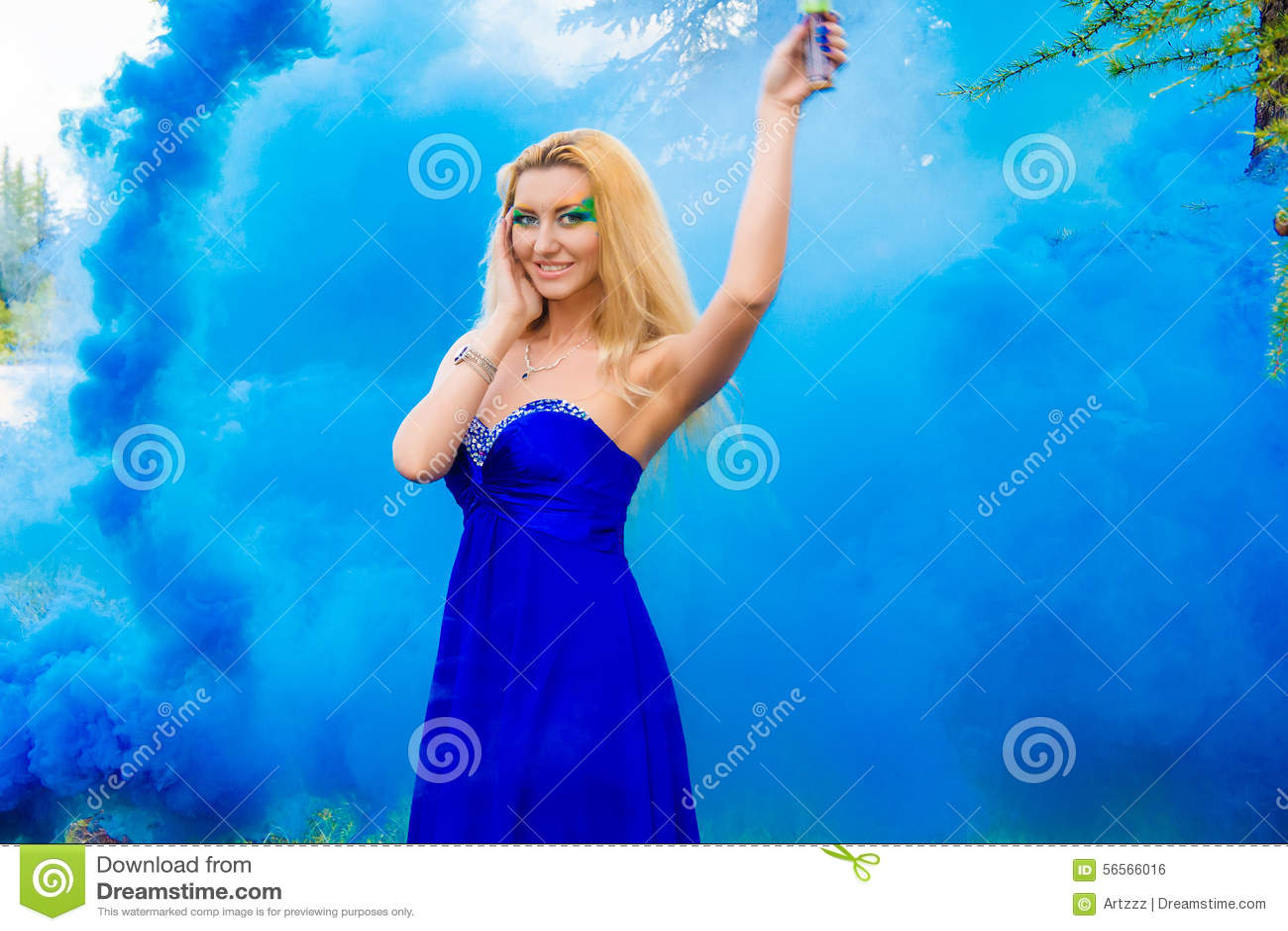 Download Όμορφη νέα γυναίκα σε ένα σύννεφο ενός φωτεινού μπλε καπνού Στοκ Εικόνες - εικόνα από ηθοποιών, κυανός: 56566016