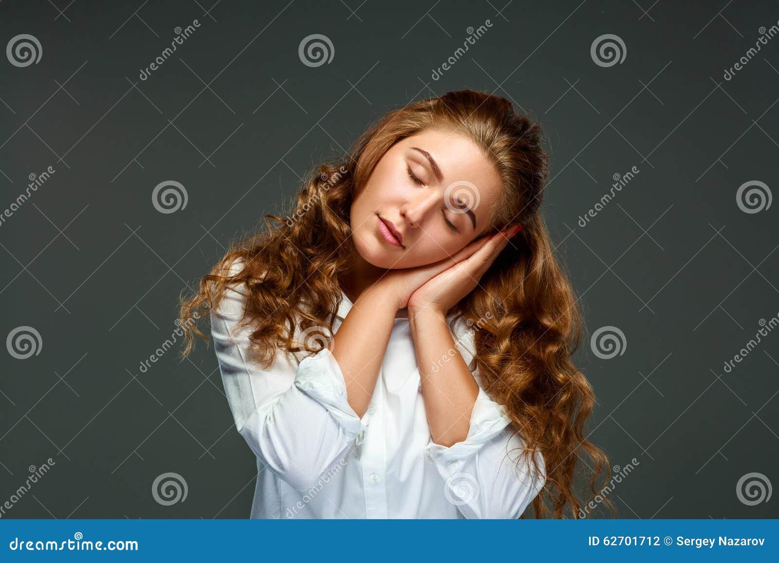Όμορφη νέα γυναίκα brunette πορτρέτου με την κυματιστή τρίχα, μάτια clo
