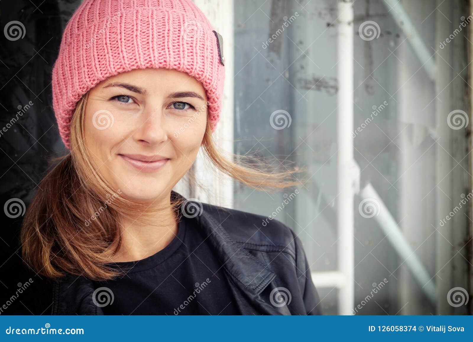 Όμορφη νέα γυναίκα brunette