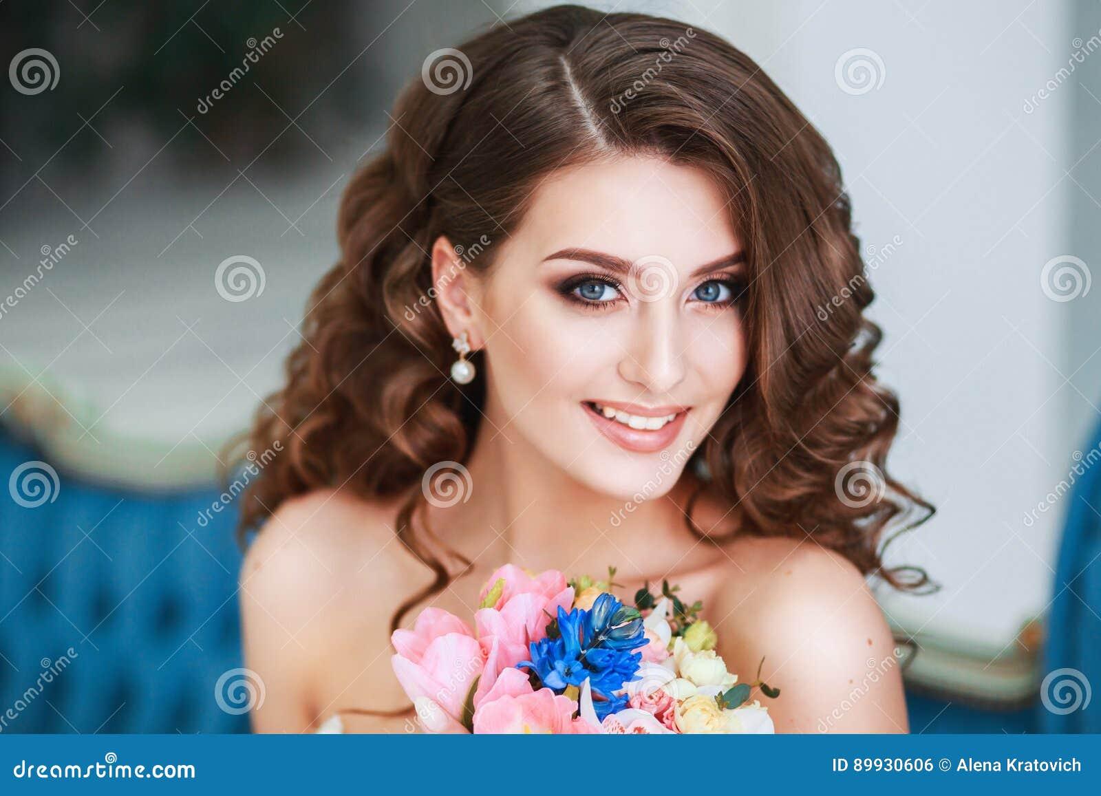 21e99b1fa5b Όμορφη νέα νύφη με το γάμο Makeup και Hairstyle εσωτερικός Πορτρέτο ...