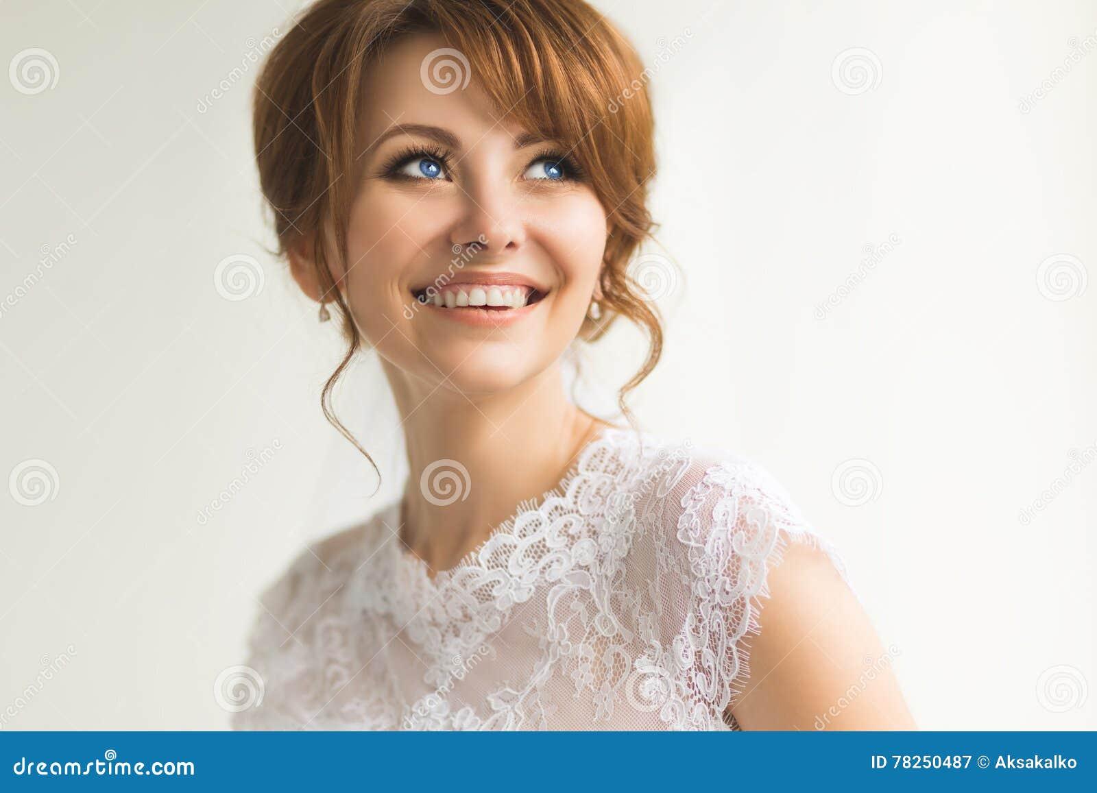Όμορφη νέα νύφη με το γάμο makeup