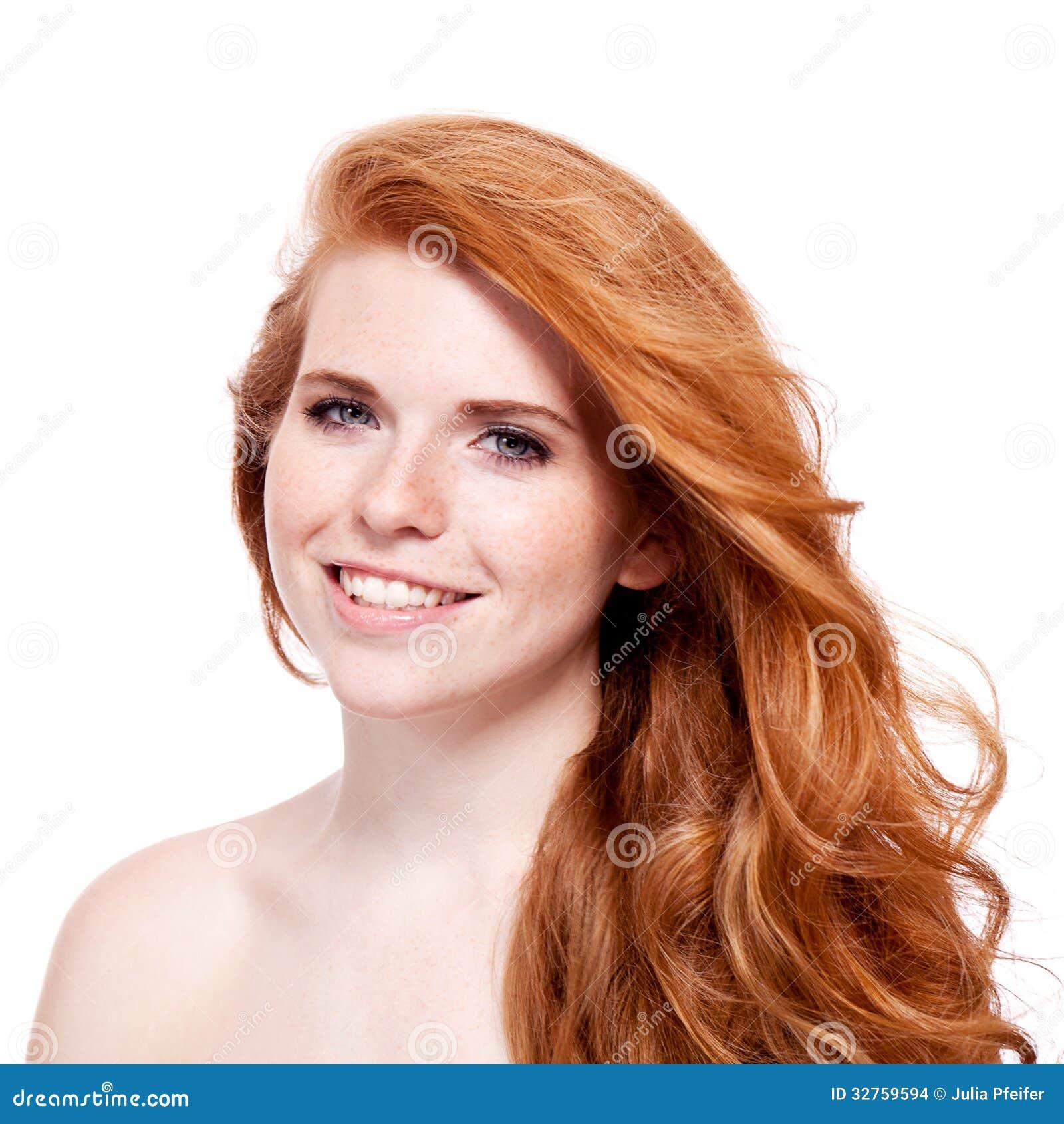 Όμορφη νέα redhead γυναίκα με το πορτρέτο φακίδων
