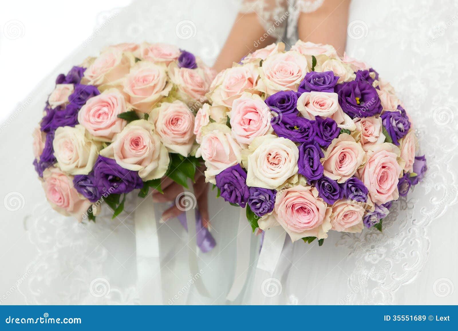 Όμορφη νυφική ανθοδέσμη στη δεξίωση γάμου