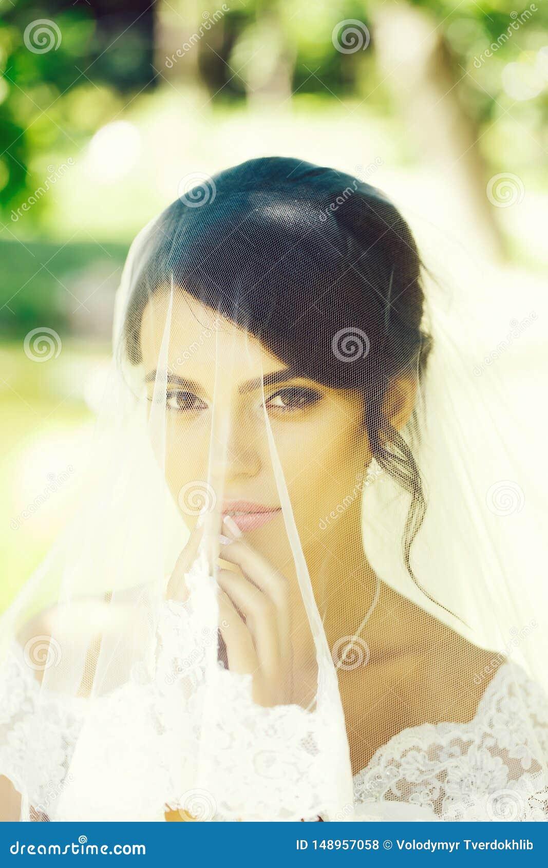 Όμορφη νύφη κάτω από το πέπλο