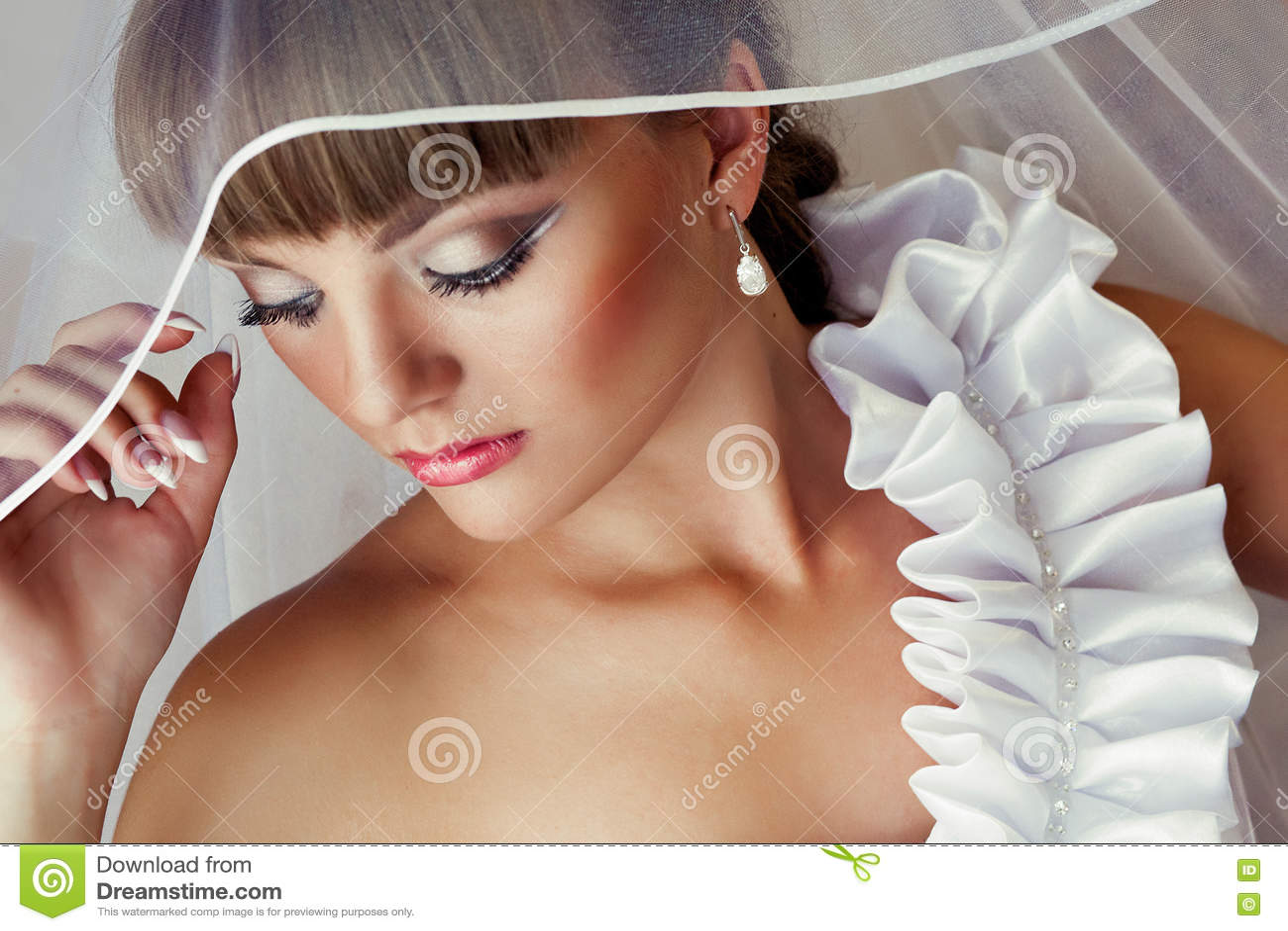 1d66d75e8f9 Όμορφη νύφη με το γάμο Makeup και το γάμο Hairstyle στην Τετάρτη ...