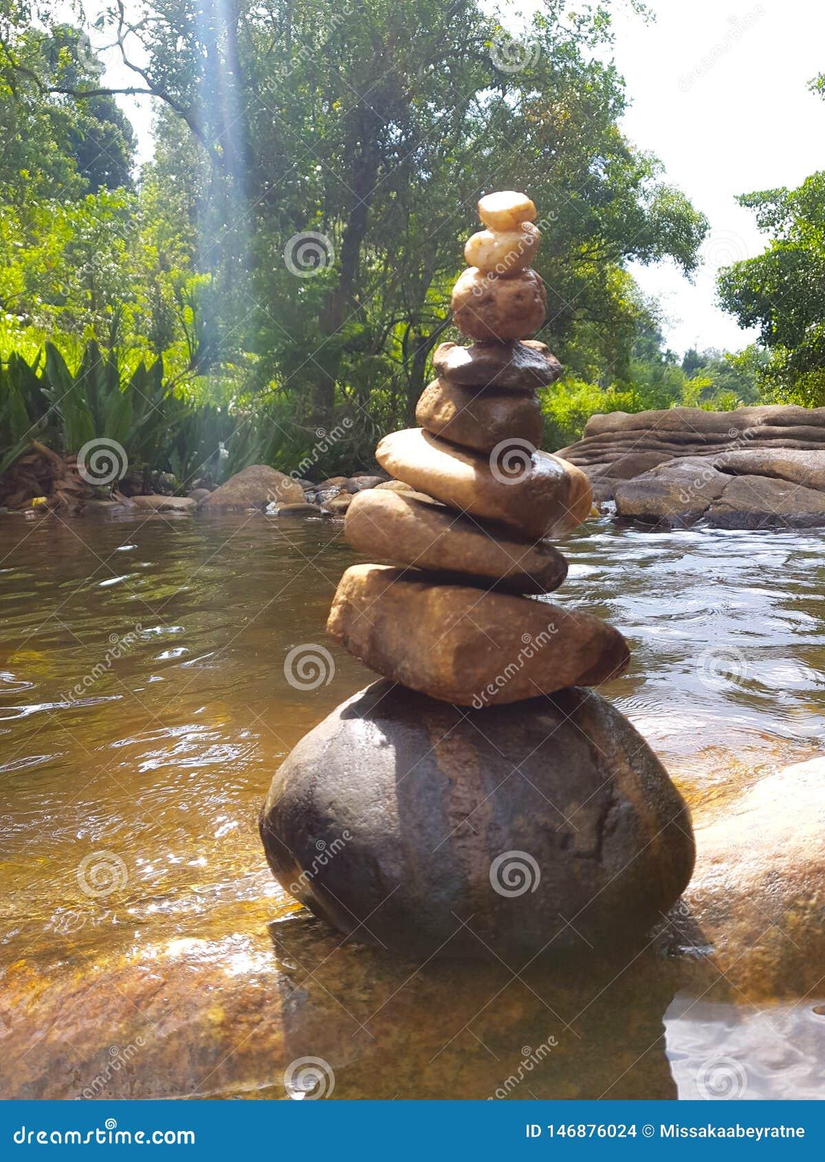 Όμορφη πέτρινη τέχνη στον ποταμό για το υπόβαθρο & άλλο