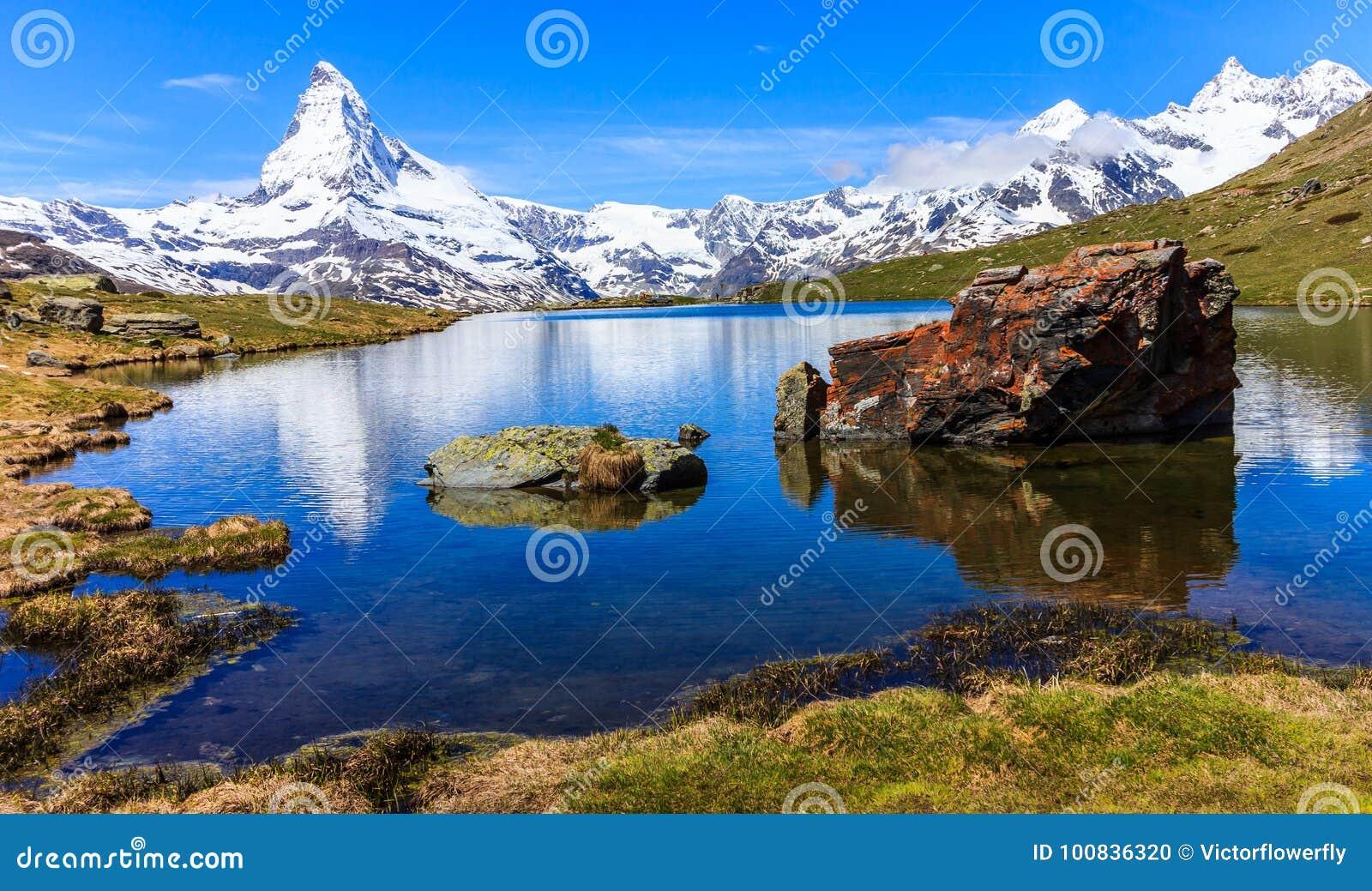 Όμορφη πανοραμική θερινή άποψη της λίμνης Stellisee με την αντανάκλαση του εικονικού Matterhorn Monte Cervino, Mont Cervin