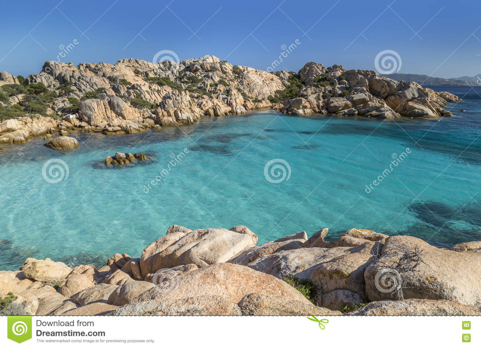Όμορφη παραλία στον κόλπο Cala Coticcio στο νησί Caprera, Σαρδηνία, Ιταλία