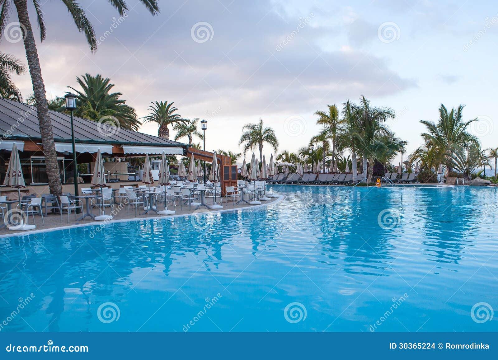 Όμορφη πισίνα ξενοδοχείων πριν από την ανατολή