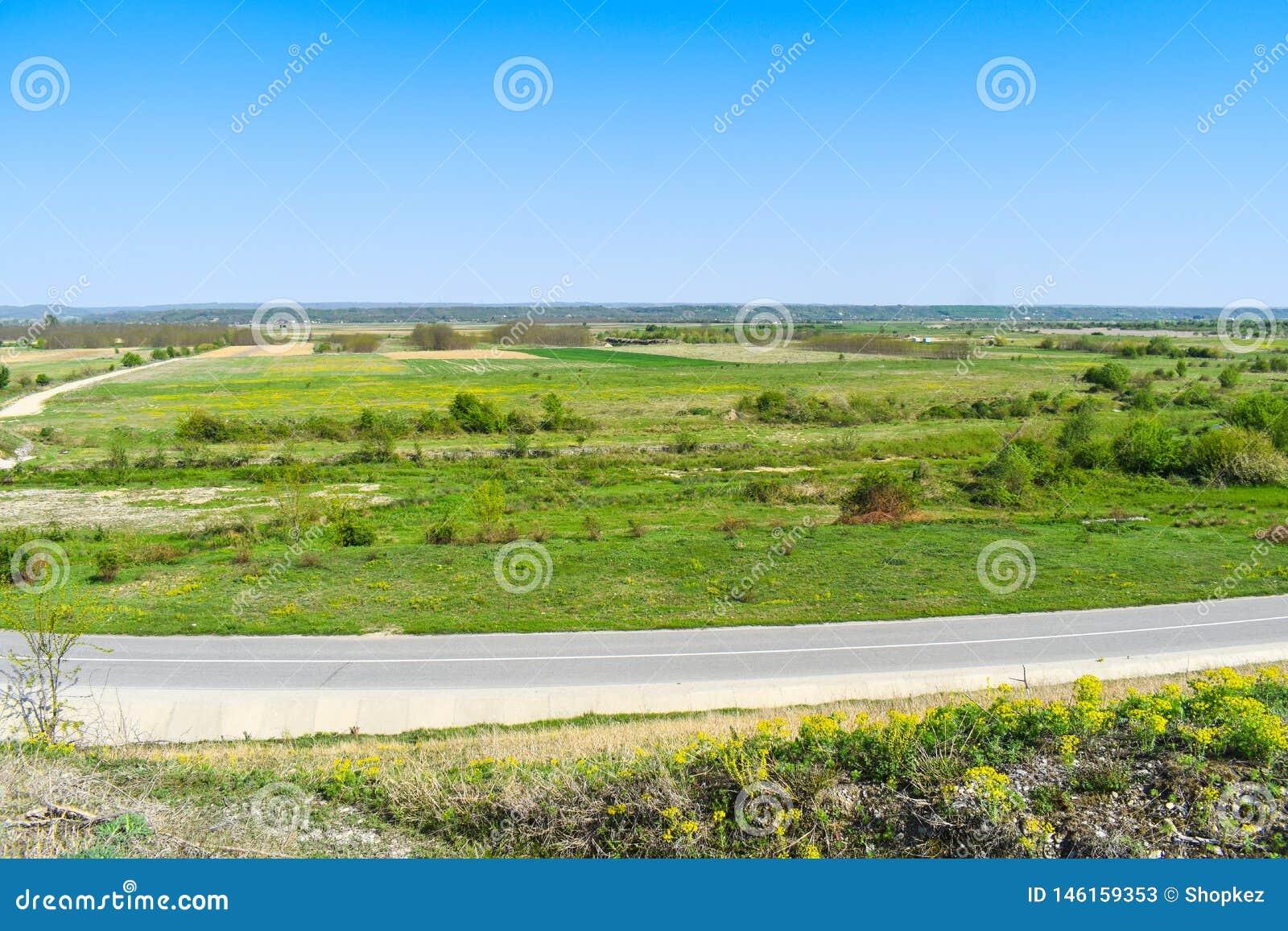 Όμορφη πράσινη κοιλάδα σε μια φωτεινή ηλιόλουστη θερινή ημέρα