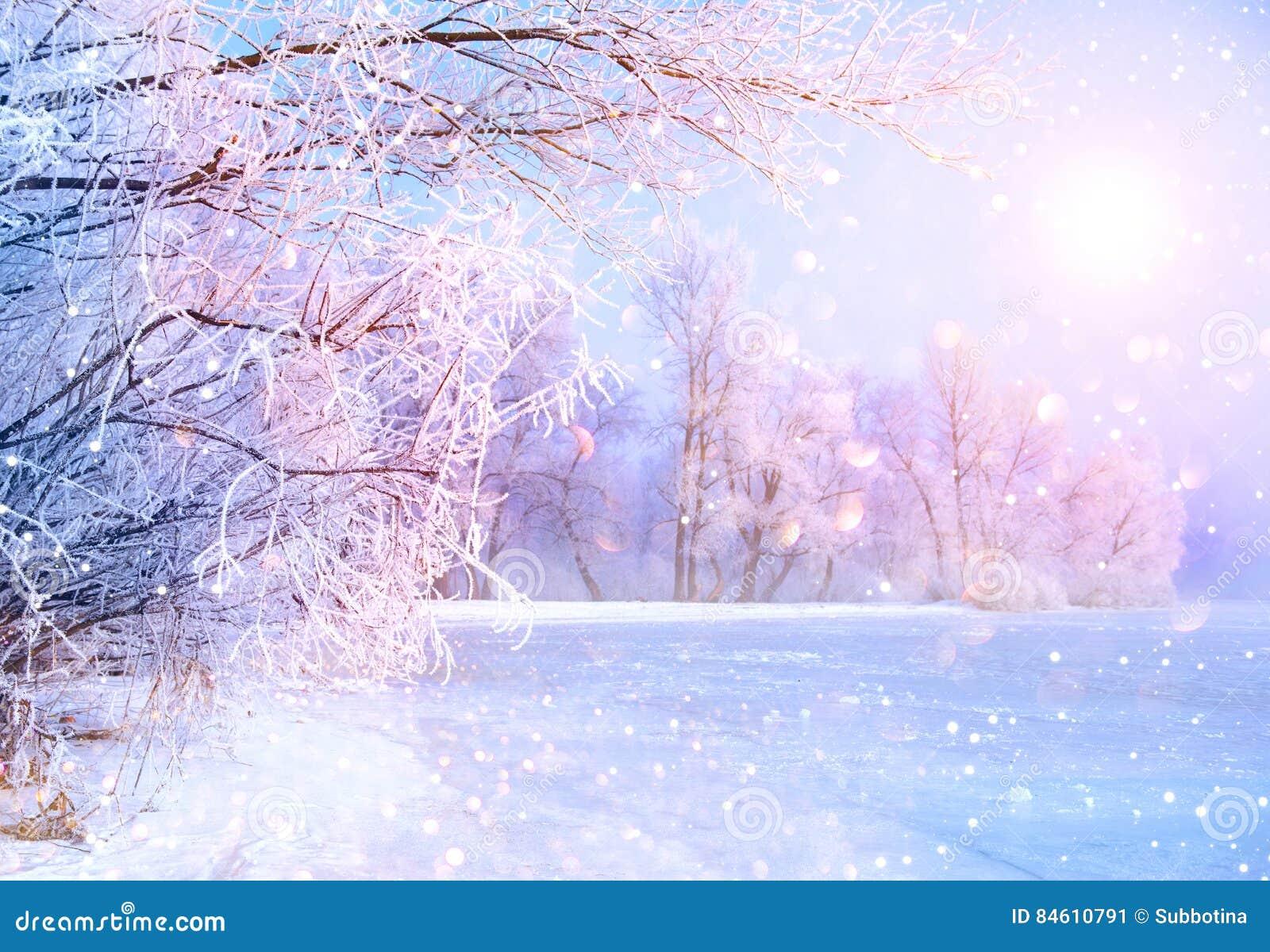 Όμορφη σκηνή χειμερινών τοπίων με τον ποταμό πάγου