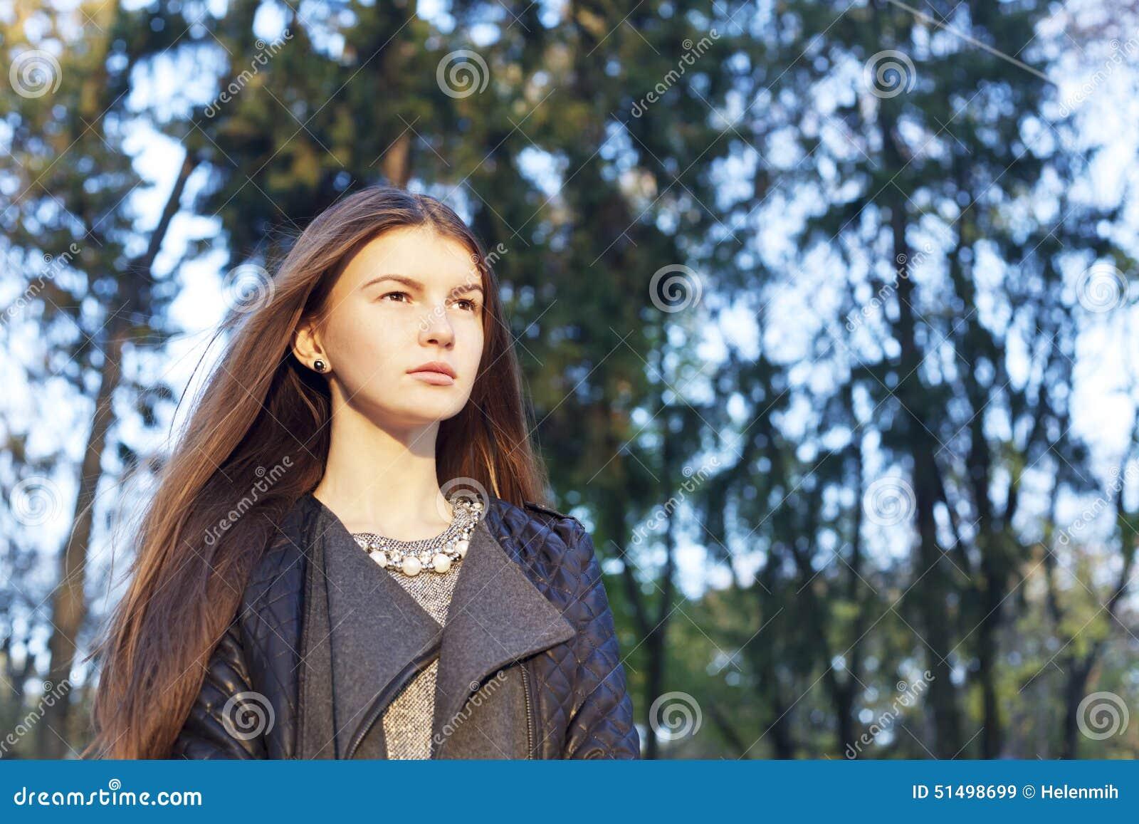 Όμορφη συμπαθητική υπαίθρια εξέταση γυναικών κάτι Κινηματογράφηση σε πρώτο πλάνο portr