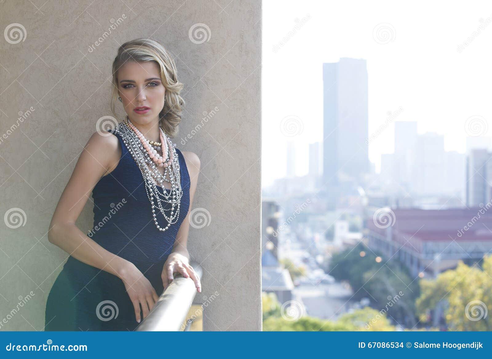 3e970f639dda Το πορτρέτο στο χρώμα μιας όμορφης νέας ξανθής γυναίκας που φορά ένα φόρεμα  ναυτικών