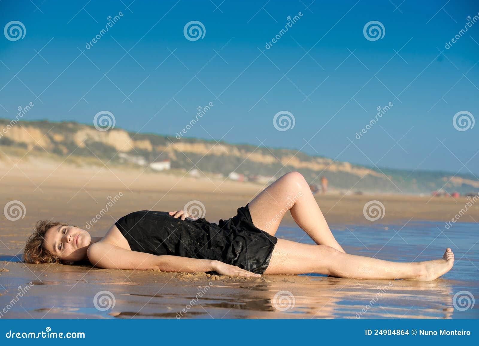 όμορφη τοποθετημένη snad γυναίκα παραλιών