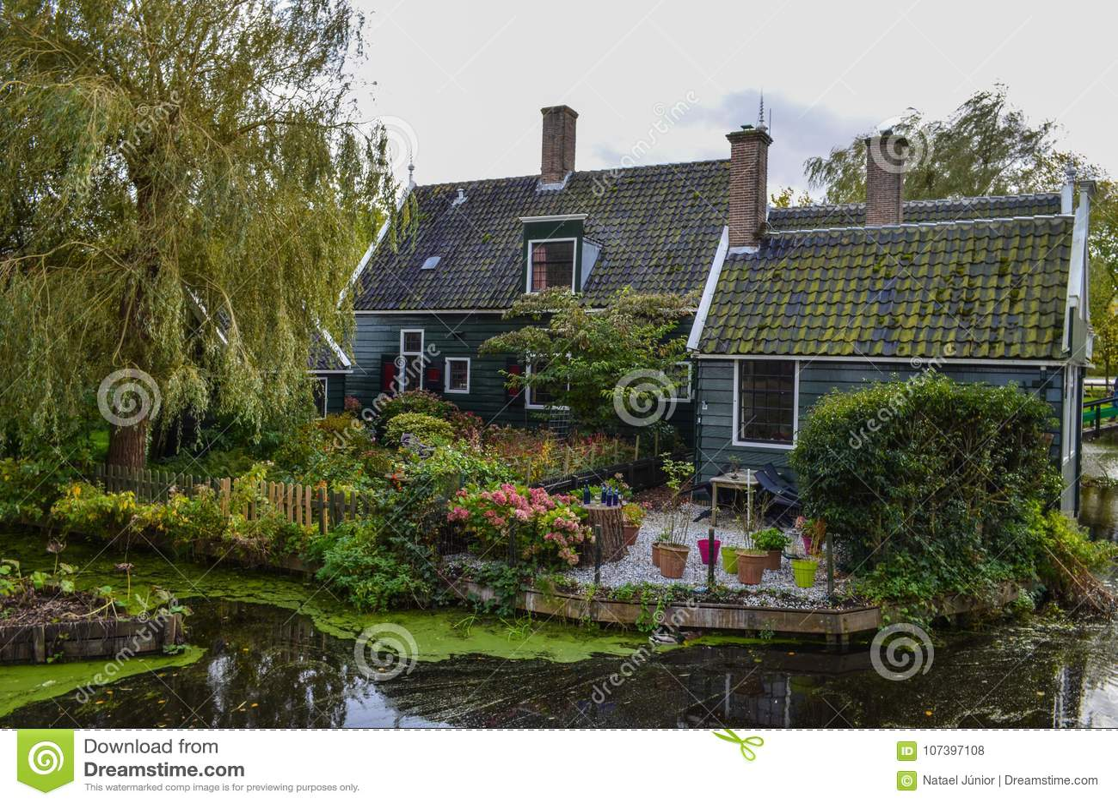 Όμορφη του χωριού κλήση Zaanse Schans κοντά στο Άμστερνταμ στις Κάτω Χώρες