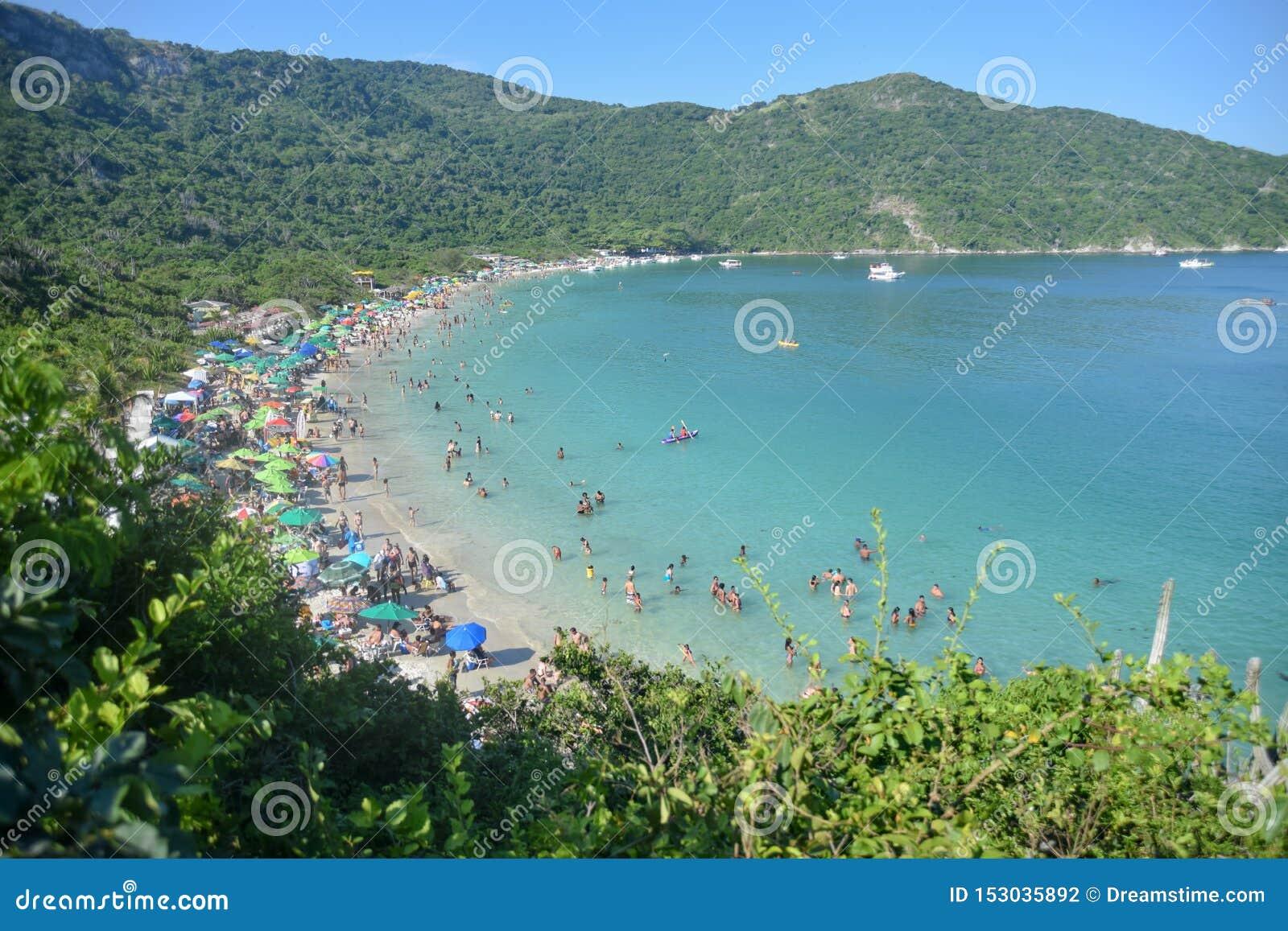 Όμορφη τροπική παραλία με τη σμαραγδένια και διαφανή θάλασσα