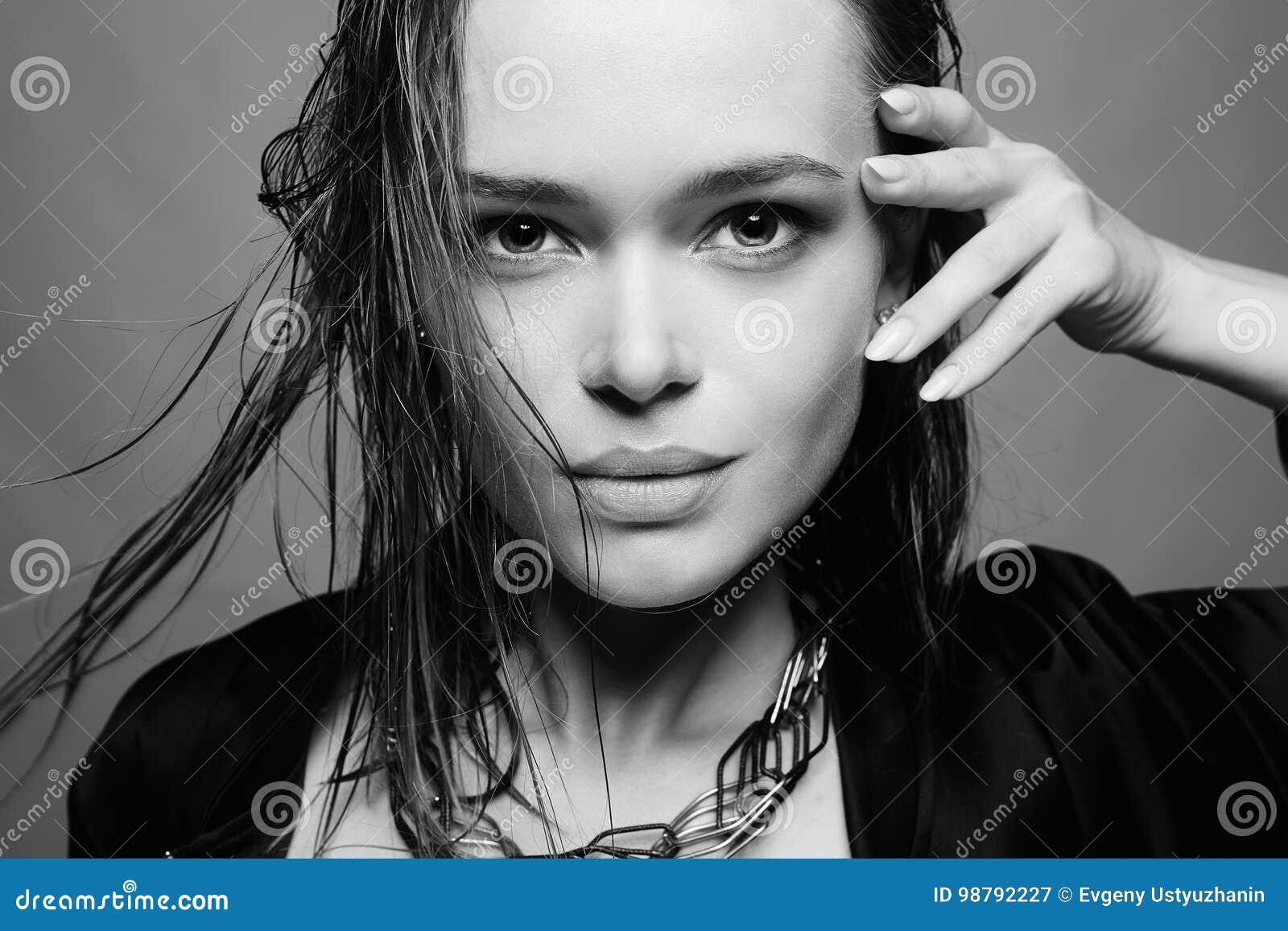 όμορφη υγρή γυναίκα τριχώμα&