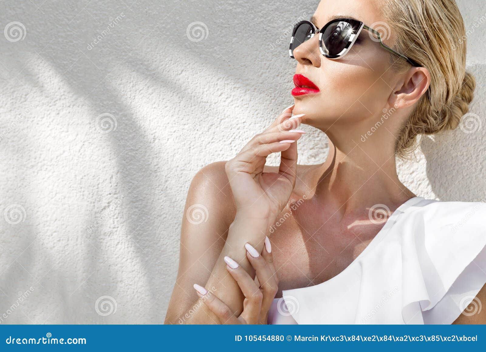 Όμορφη φαινομενική ζαλίζοντας κομψή προκλητική ξανθή πρότυπη γυναίκα πορτρέτου με την τέλεια φθορά προσώπου γυαλιά ηλίου