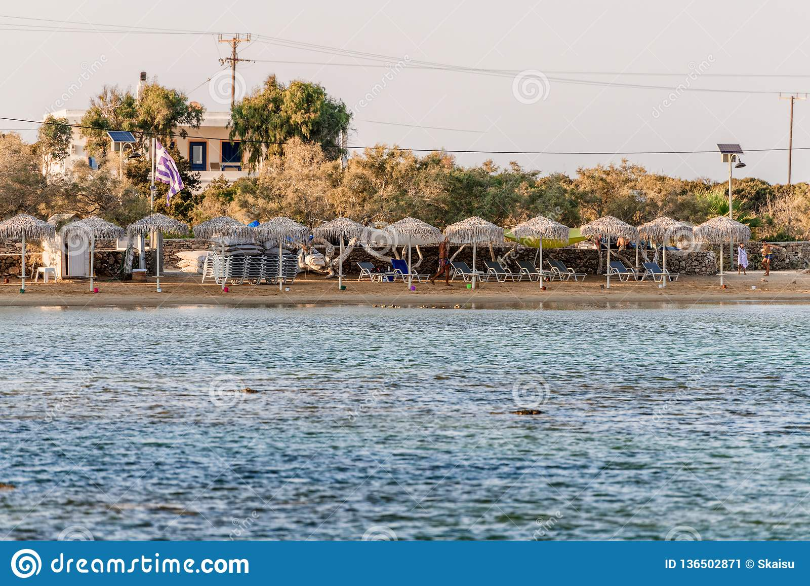 Όμορφη φύση του νησιού Antiparos της Ελλάδας με το μπλε νερό κρυστάλλου και τις καταπληκτικές απόψεις