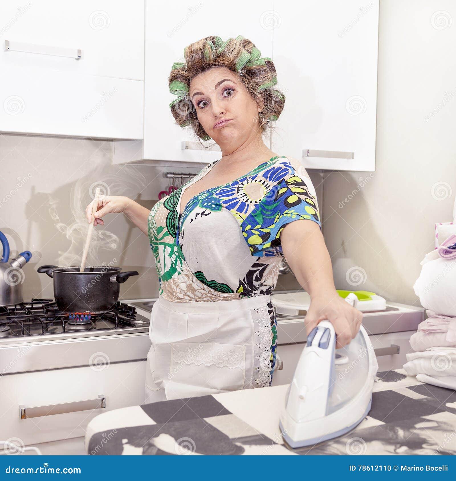 Όμορφη ώριμη γυναίκα με το σιδέρωμα ρόλερ