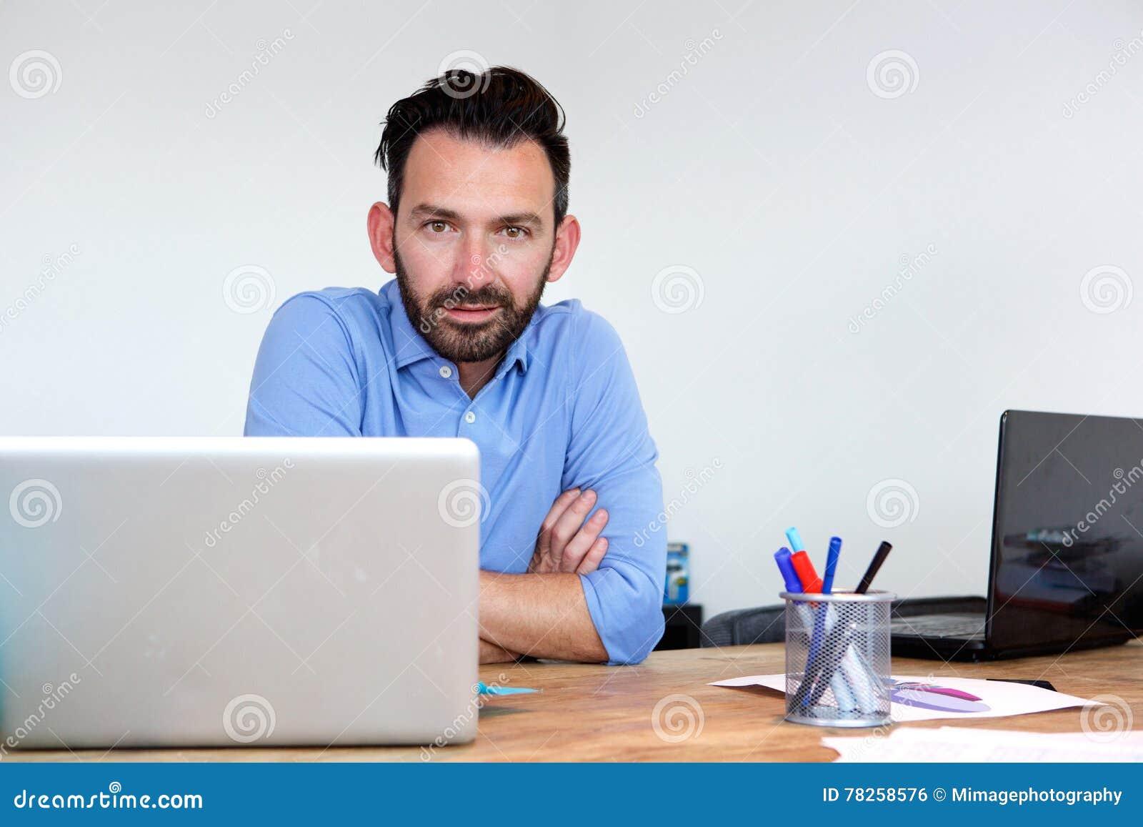 Όμορφη ώριμη συνεδρίαση επιχειρησιακών ατόμων στο γραφείο του