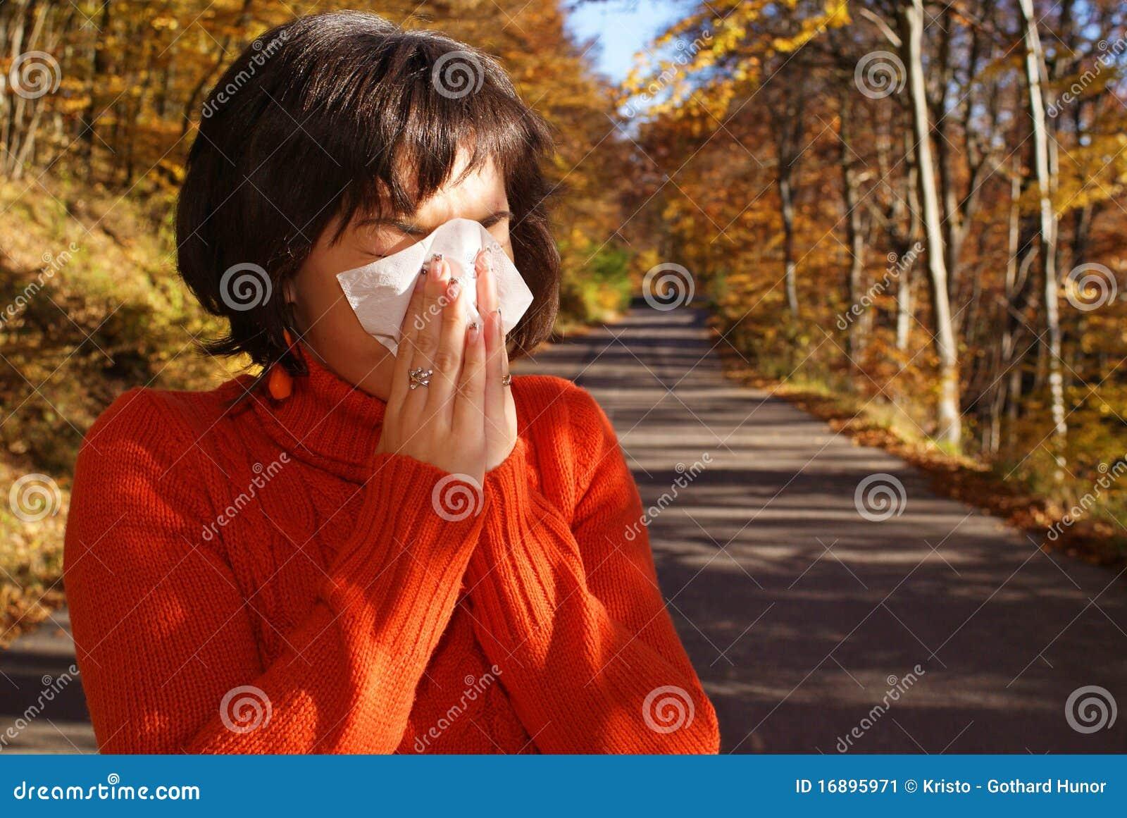 όμορφη sneeze γυναίκα