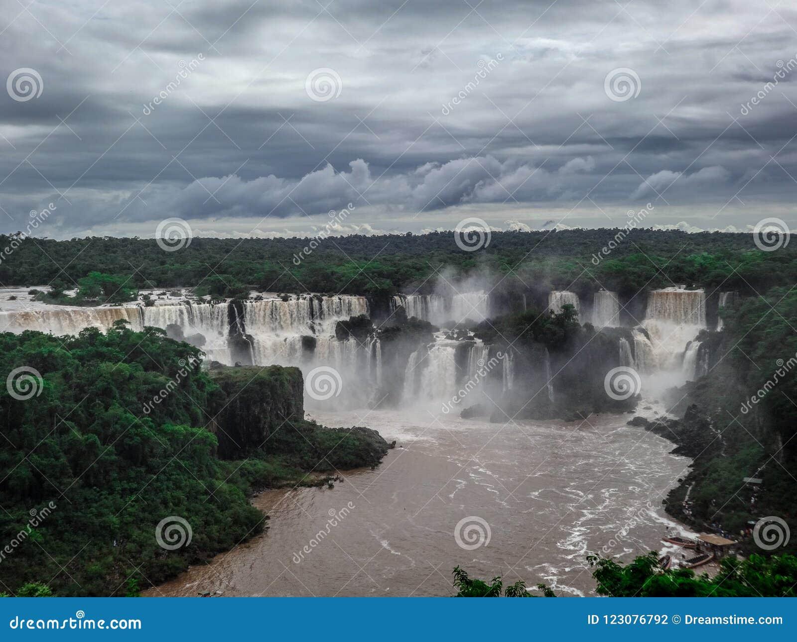 Όμορφοι καταρράκτες Iguazu