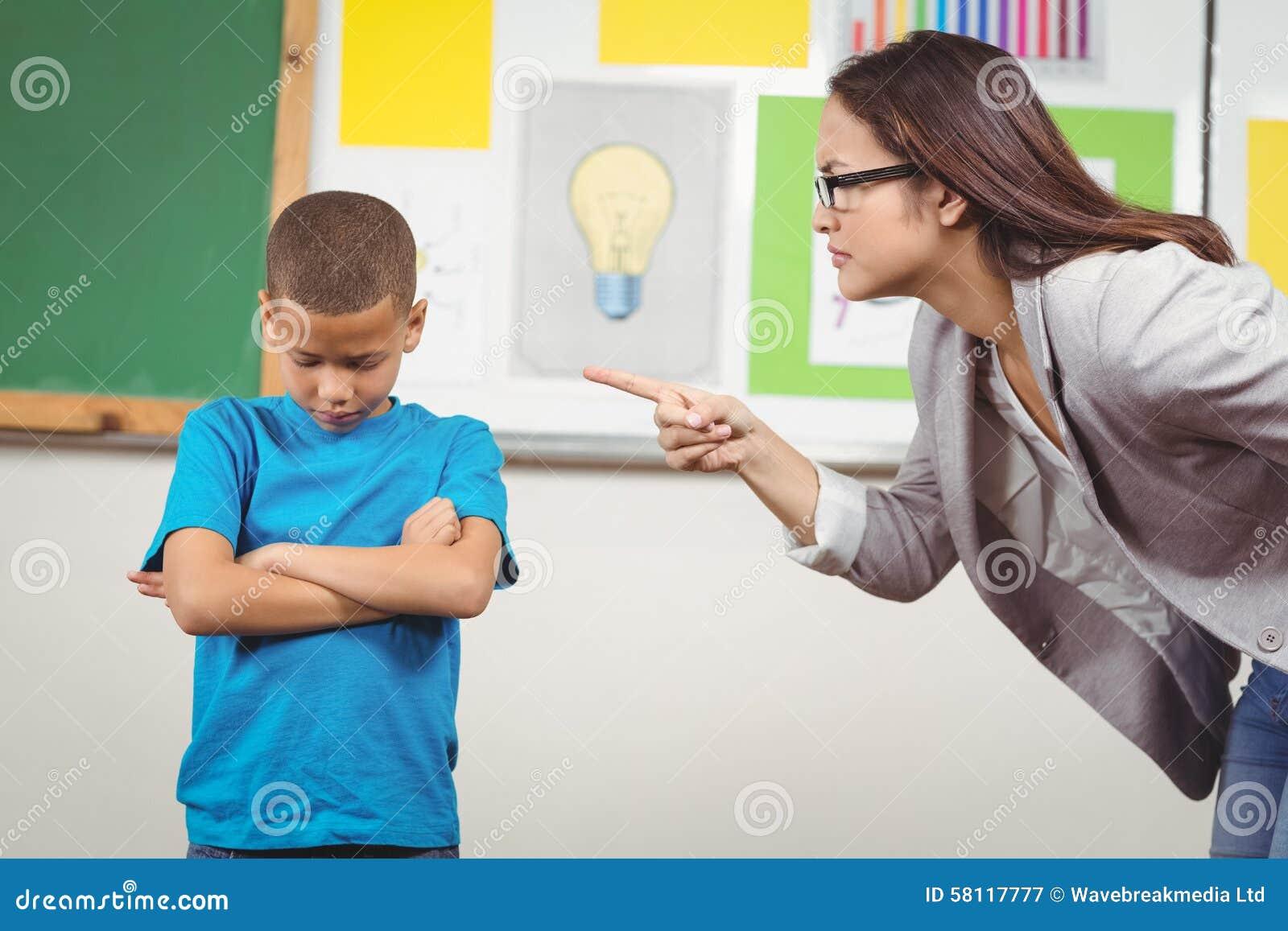 Όμορφος δάσκαλος που επιπλήττει έναν μαθητή