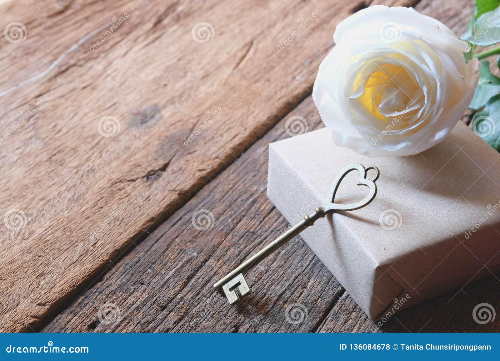 Όμορφος άσπρος αυξήθηκε με το κλειδί μορφής αγάπης Ελάχιστο ύφος Μαλακός τόνος για ρομαντικό Valentine& x27 ημέρα του s