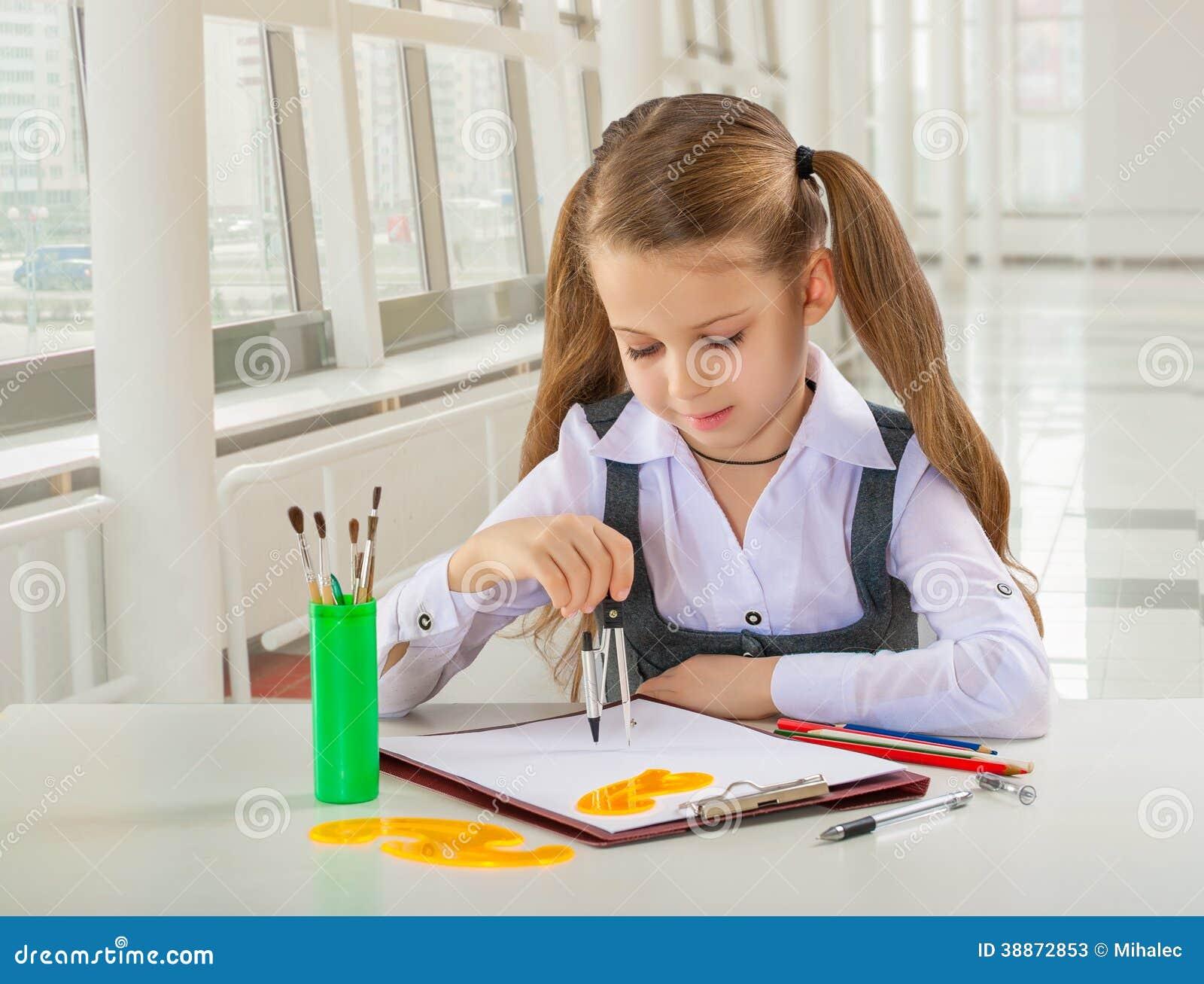 Όμορφος λίγη μαθήτρια που στον πίνακα